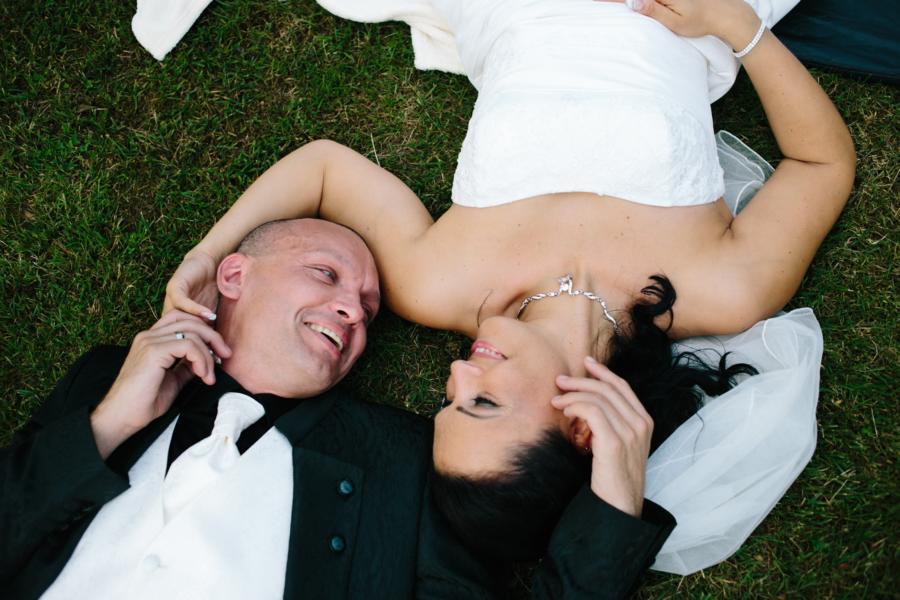 Hochzeitsfotograf Bremen: Brautpaar liegt auf der Wiese und schaut sich in die Augen