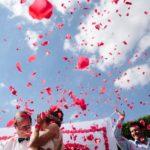 Rosen fliegen in die Luft bei Hochzeit in der Nähe von Bremen