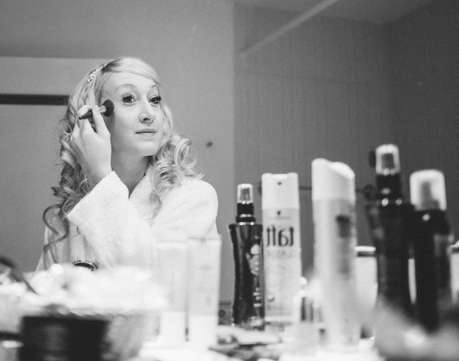Braut Make-Up beim Getting Ready