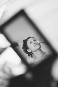 Braut im Spiegel beim Getting Ready - Hochzeitsfotograf Berlin
