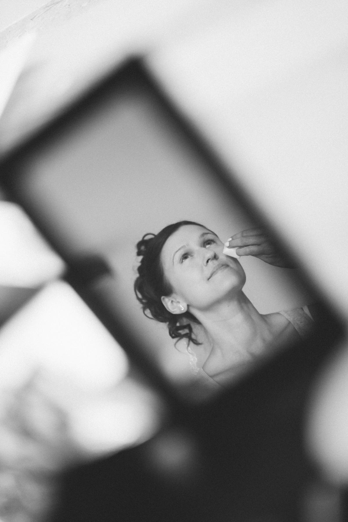 Braut im Spiegel beim Getting Ready