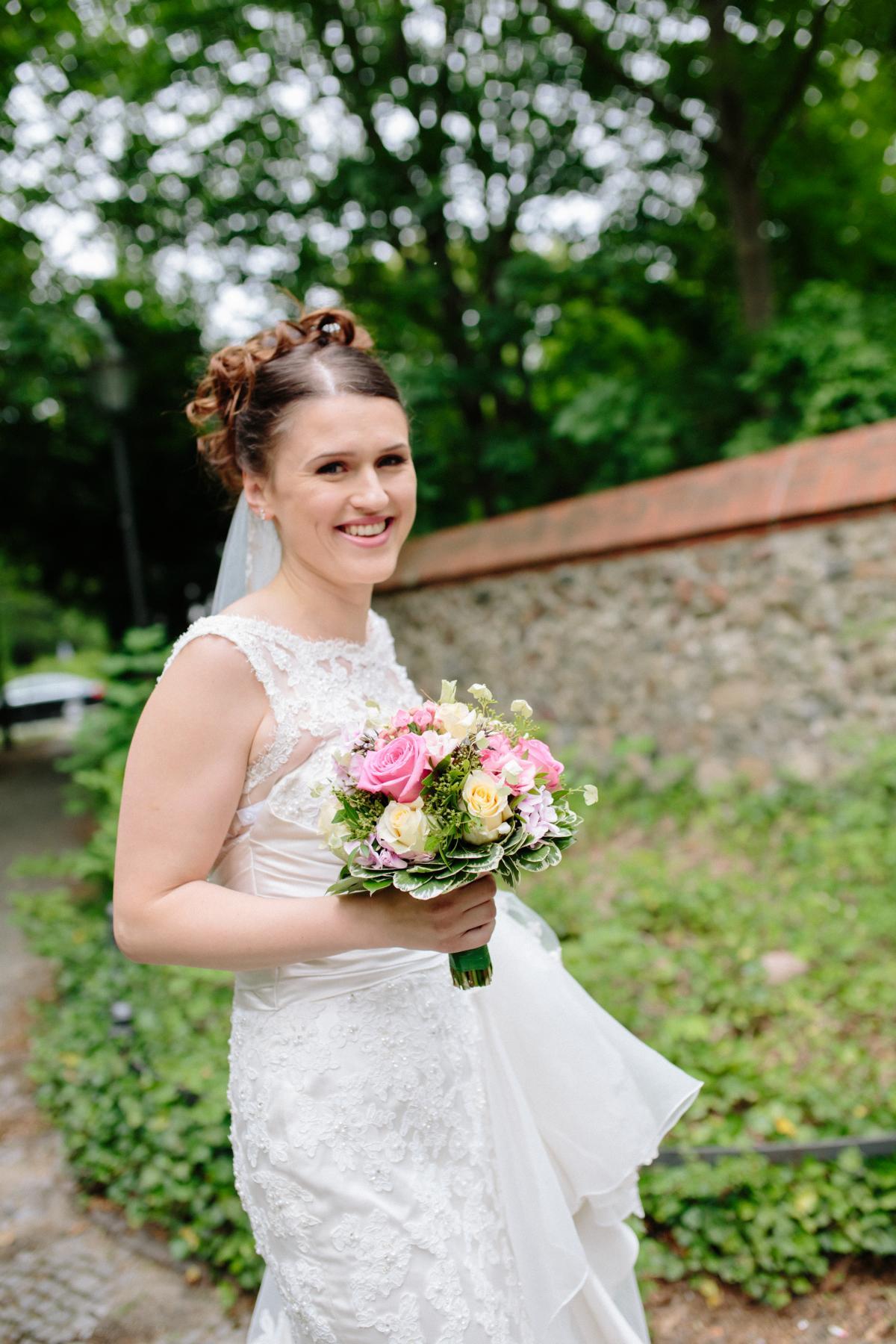 Braut vor der Dorfkirche Lankwitz in Berlin