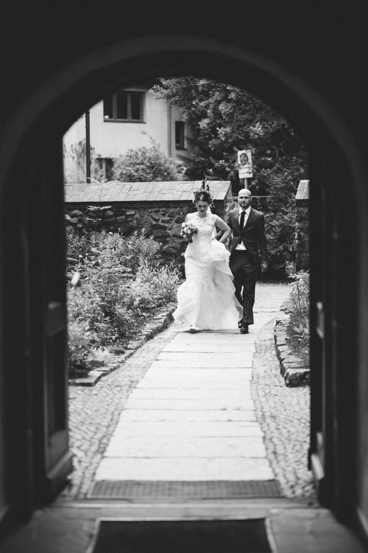 Braut wird in die Dorfkirche Lankwitz in Berlin geführt