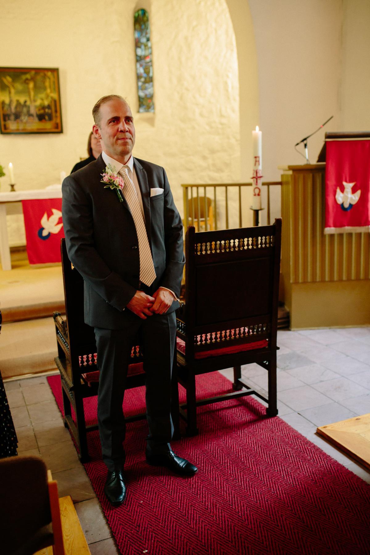 Bräutigam vor der Trauung in der Dorfkirche Lankwitz in Berlin