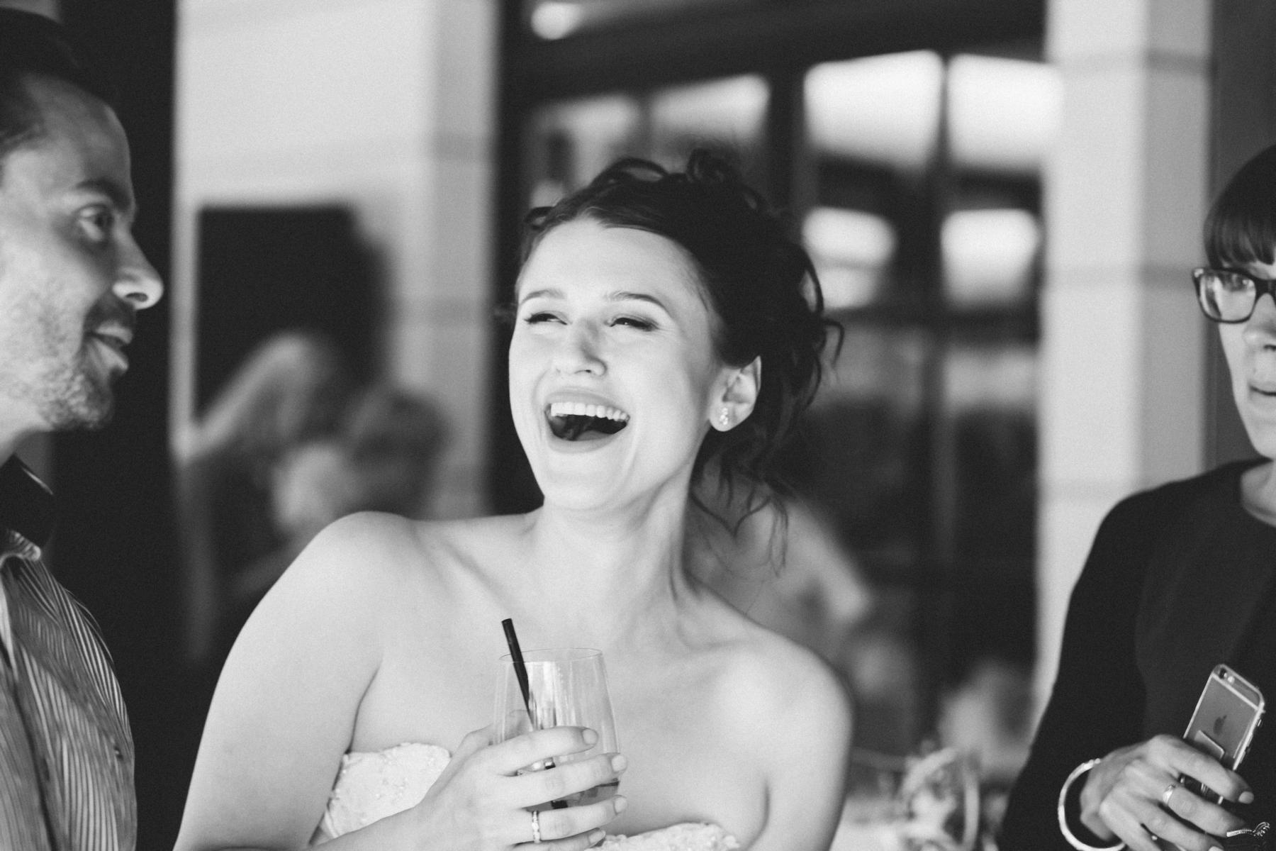 Braut lacht bei Hochzeitsfeier in Berlin
