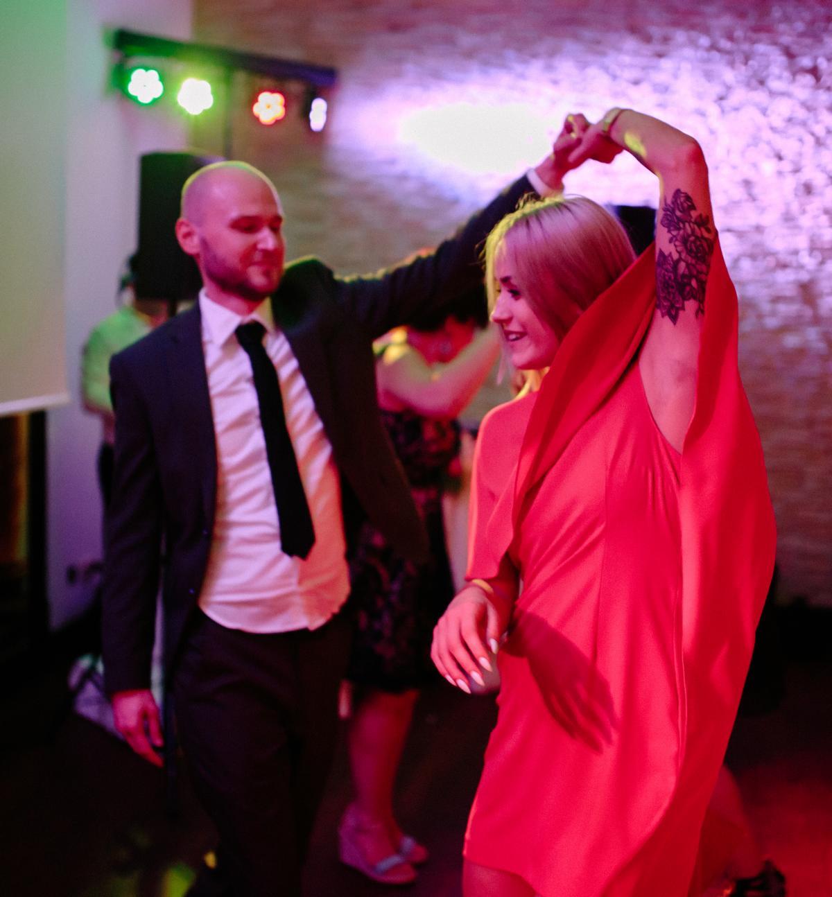 Hochzeitsgäste beim Tanz auf einer Hochzeitsfeier in Berlin