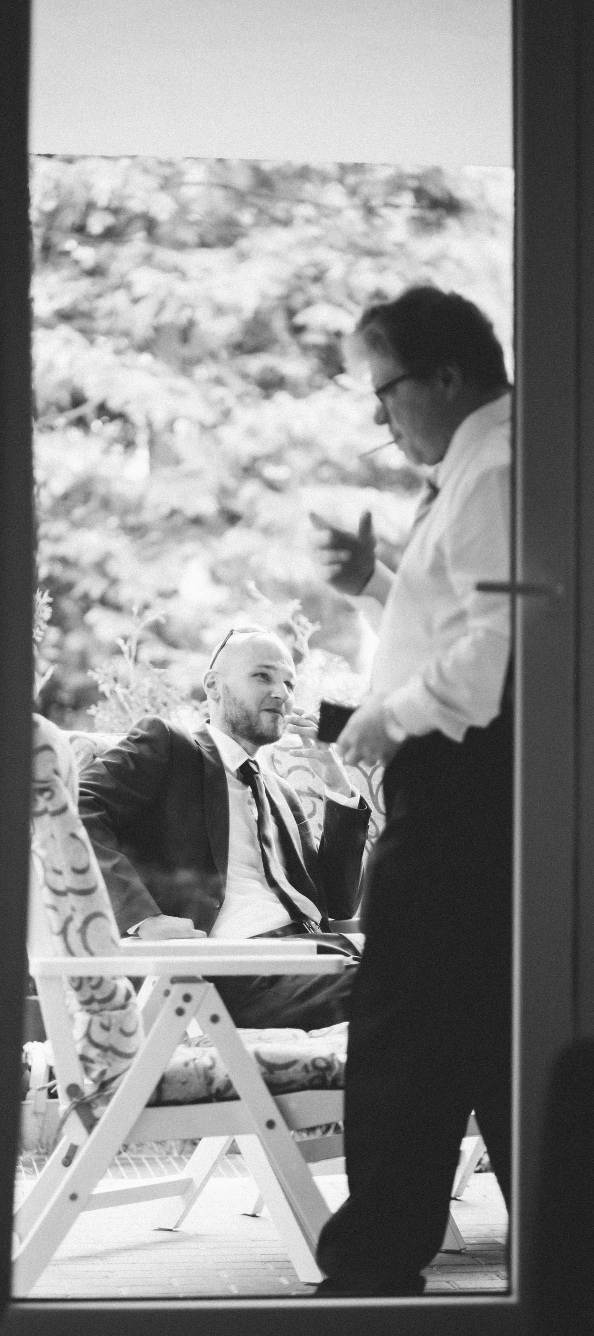 Hochzeitsgäste entspannen beim Getting Ready