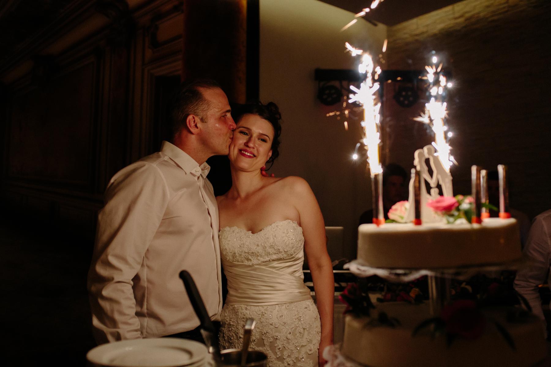 Brautpaar steht vor Hochzeitstorte bei Hochzeitsfeier in Berlin