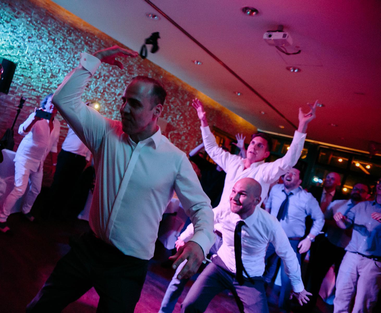 Bräutigam wirft Strumpfband bei Hochzeitsfeier in Berlin