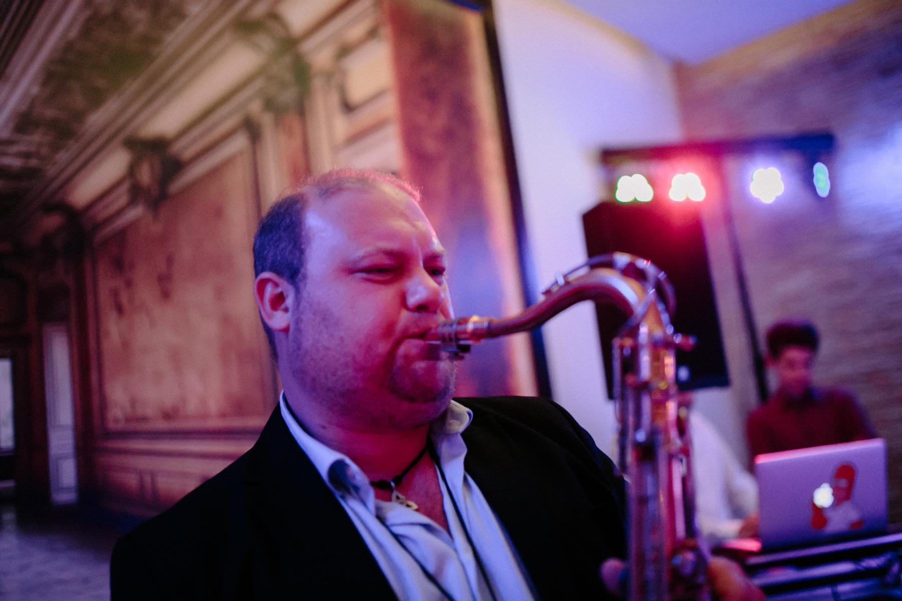Saxofonspieler bei Hochzeitsfeier