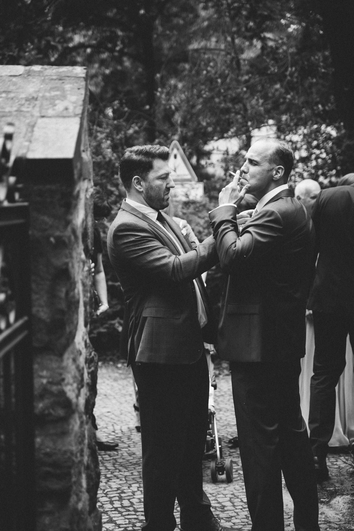 Bräutigam raucht Zigarette vor der Trauung in Berlin