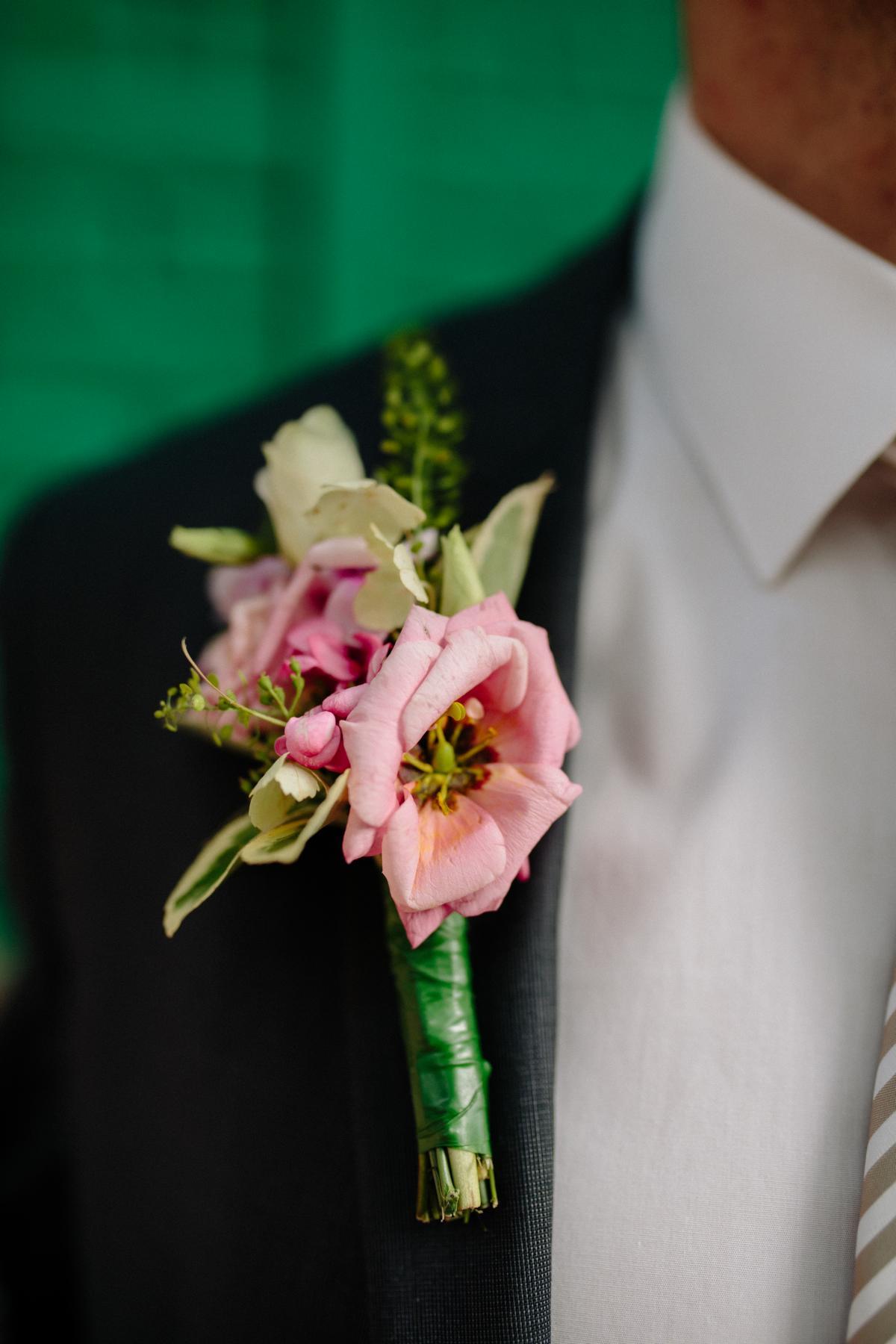 Schmuck am Anzug des Bräutigams