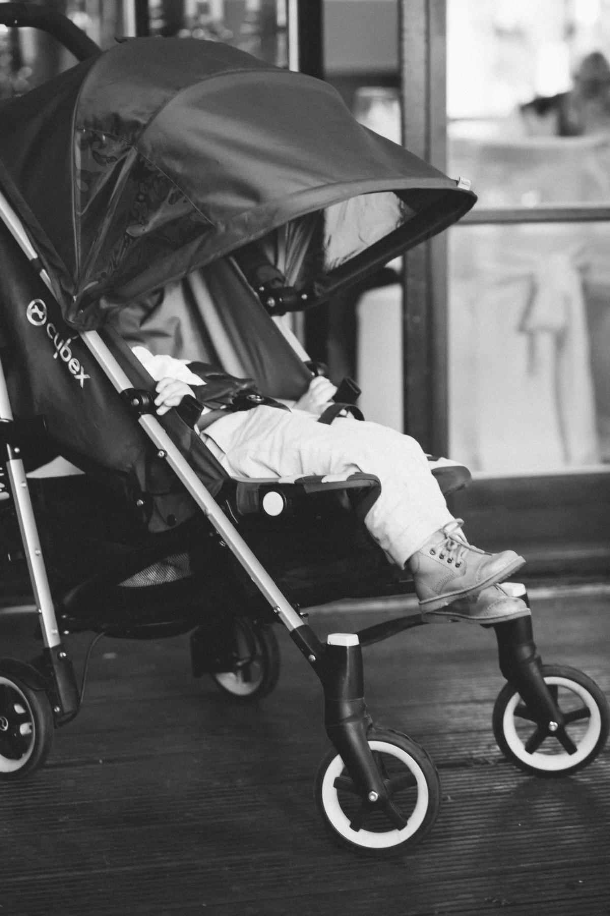 Kind schläft im Buggy bei Hochzeitsfeier in Berlin