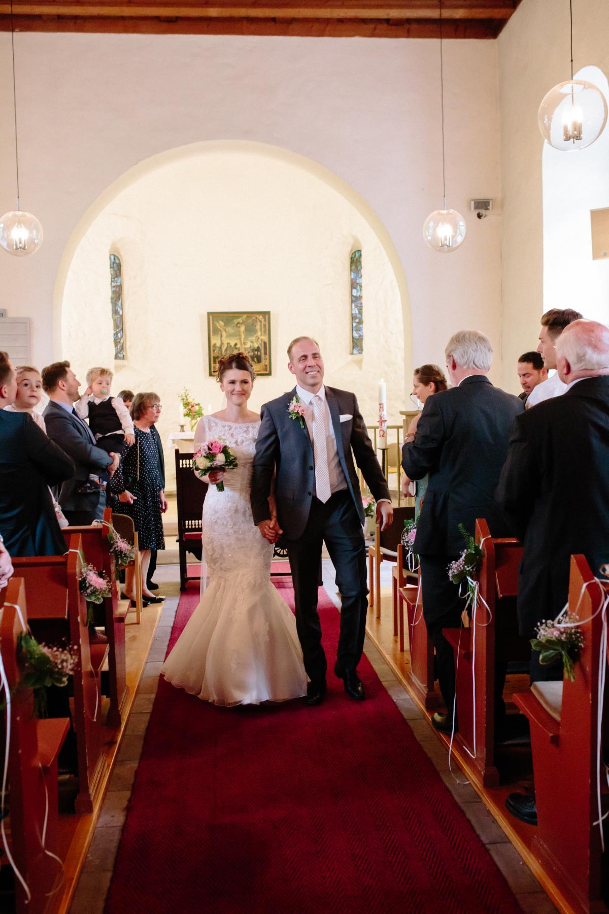 Auszugs des Brautpaars aus der Dorfkirche Lankwitz in Berlin