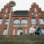 Brautpaar sitzt vor der Feuerwache Bremen