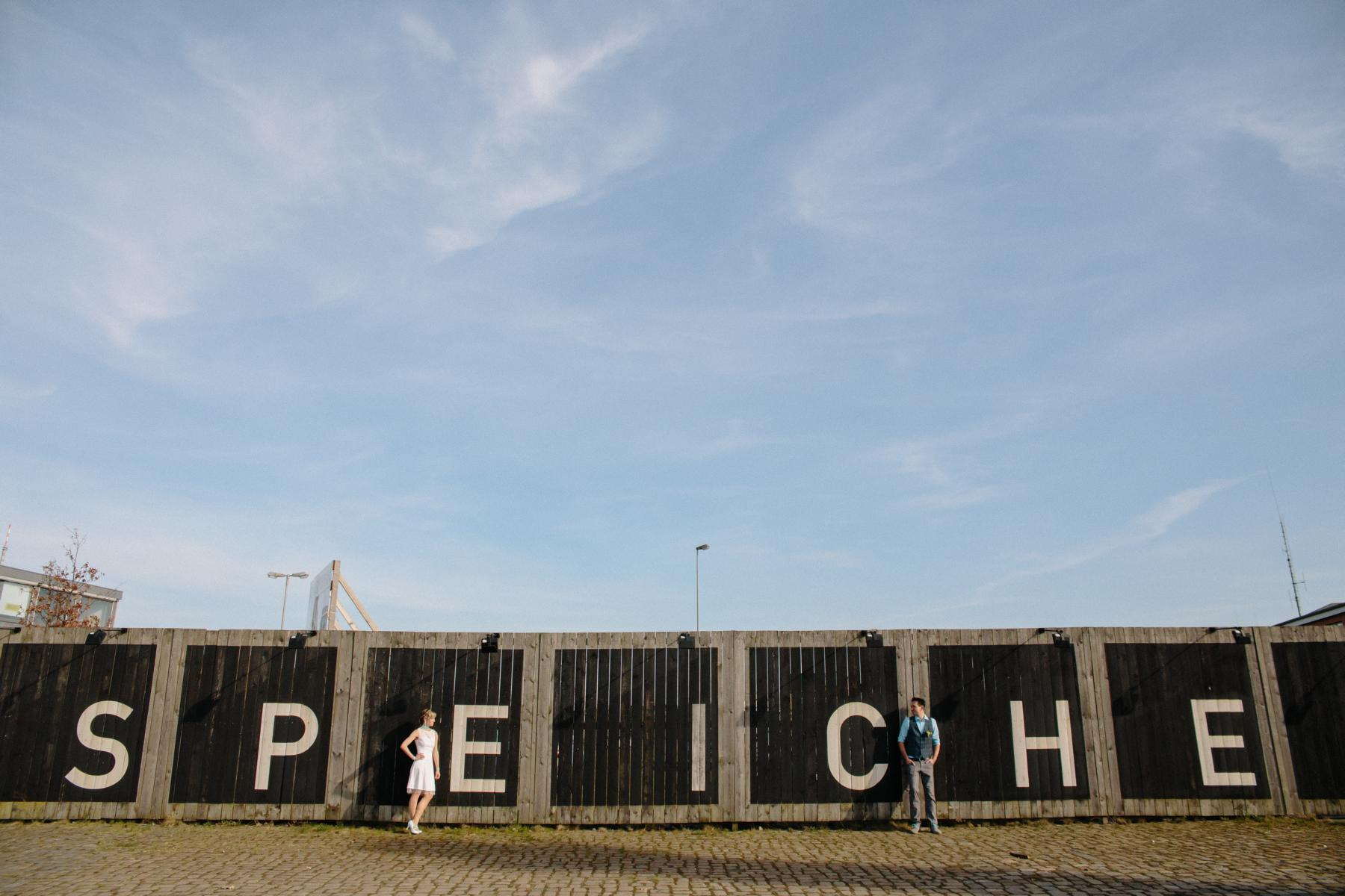Brautpaar vor Holzwand in der Überseestadt Bremen