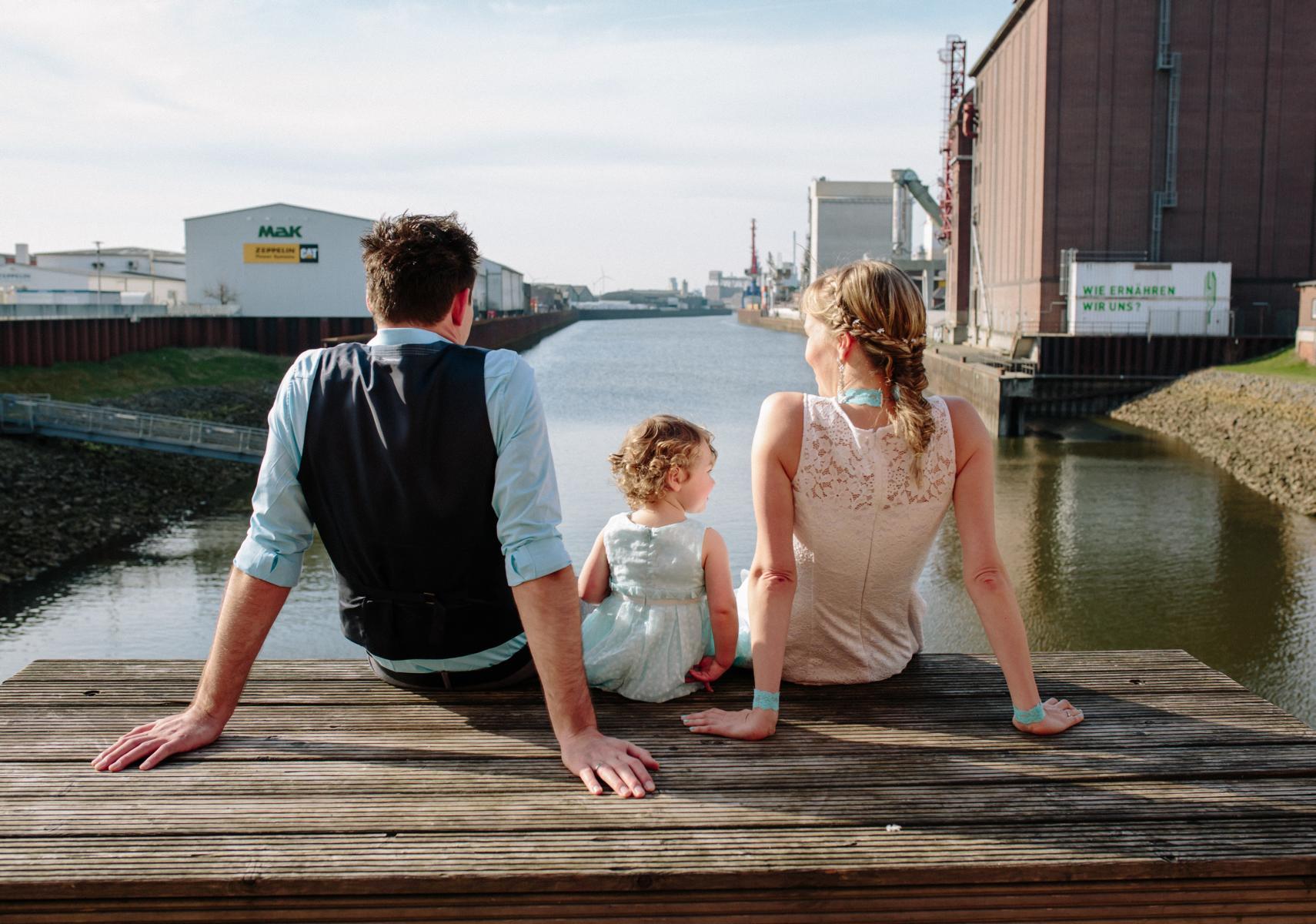 Brautpaar und kind bei Hochzeit in Bremen