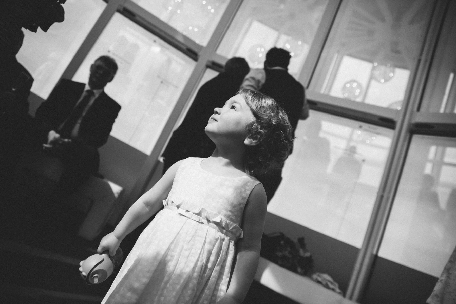 Kind in der Glaskuppel im Fallturm Bremen