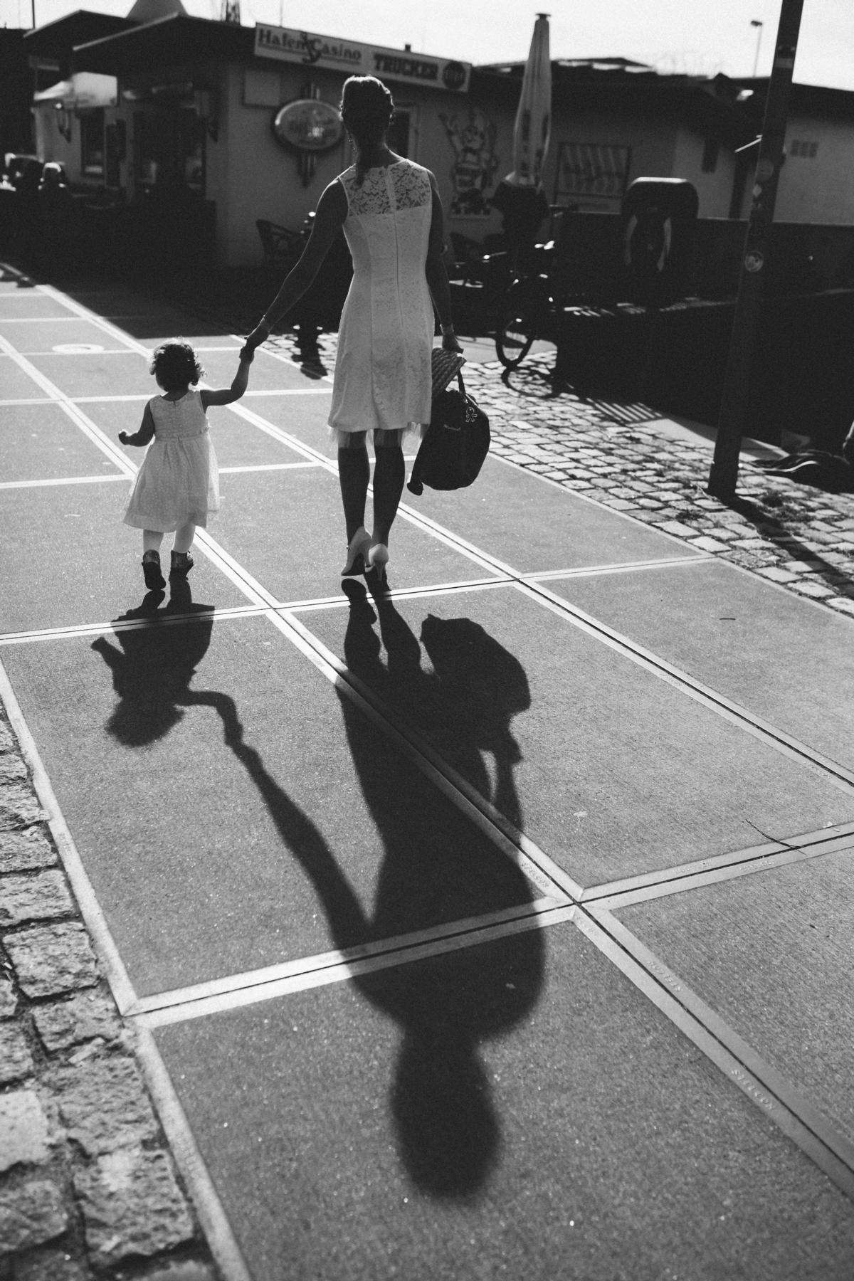 Schatten der Braut vor der Feuerwache Bremen