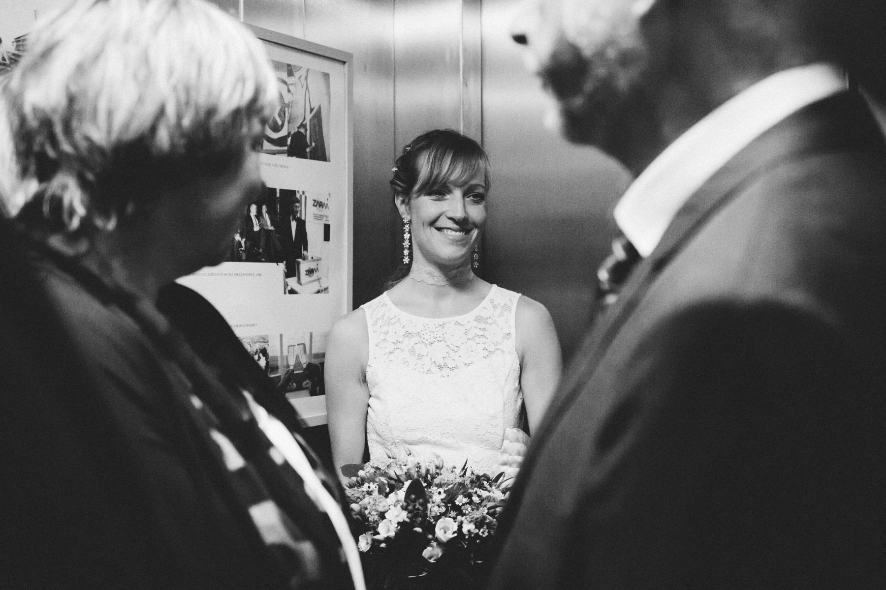 Braut im Fahrstuhl im Fallturm Bremen