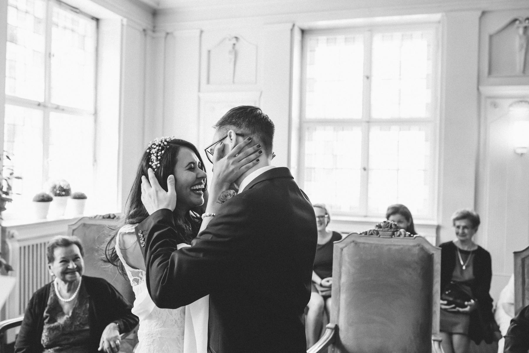 Brautpaar im Trauzimmer des Rathaus´ Schöneberg