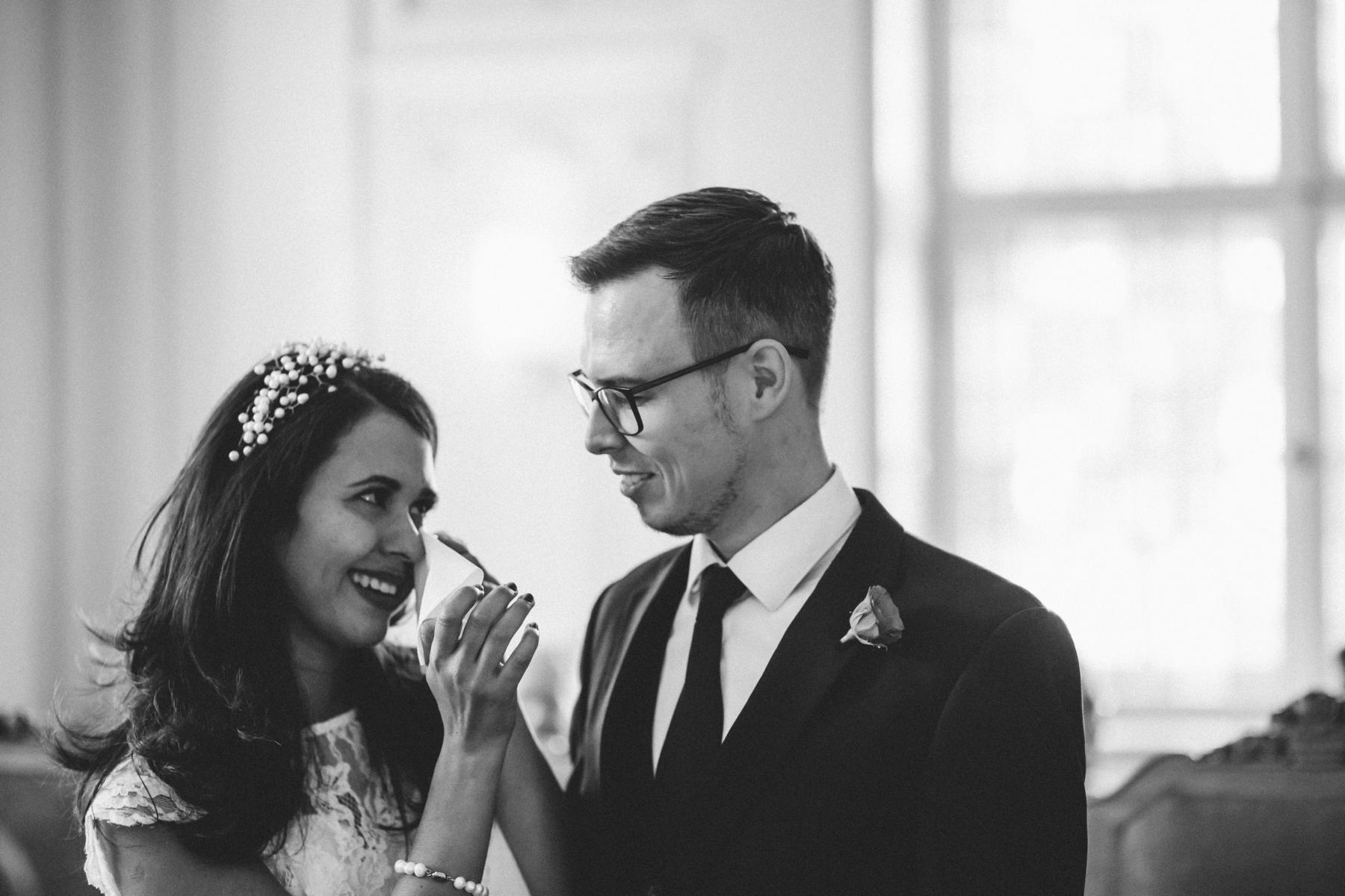 Braut wischt sich die Tränen weg