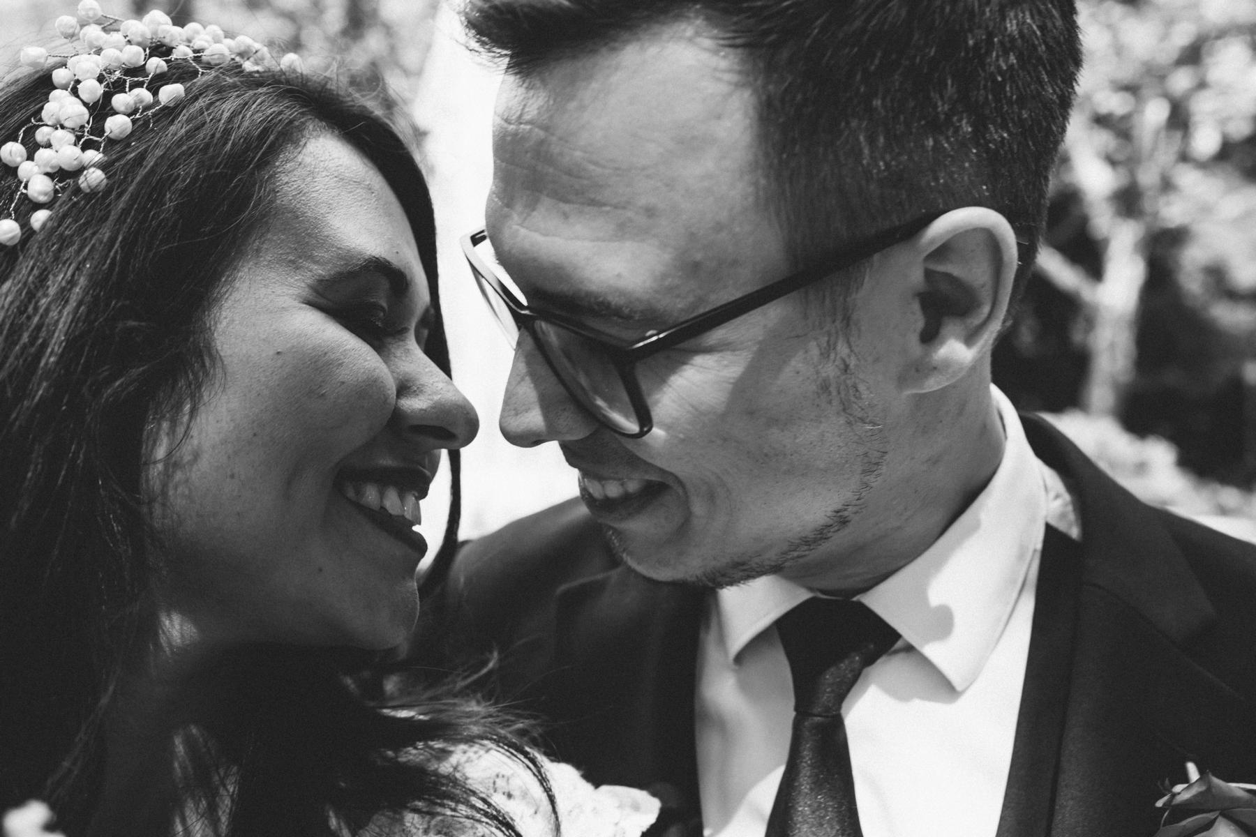 Braut und Bräutigam schauen sich in die Augen
