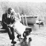 Brautpaar sitzt auf Bootssteg direkt am Hotel Seeterrassen am Wandlitzsee