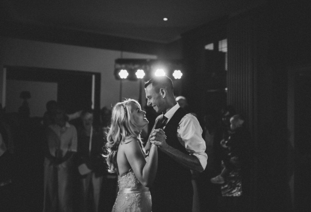 Hochzeitsfeier im Hotel Seeterrassen Wandlitzsee: Braut und Bräutigam tanzen