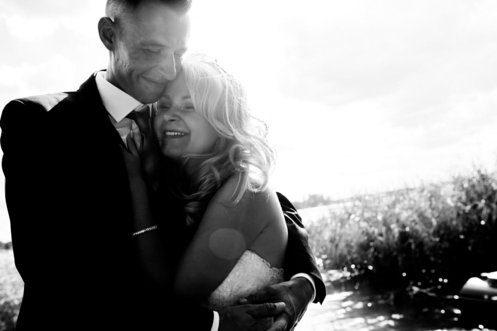 Brautpaar steht am Ufer des Wandlitzsees