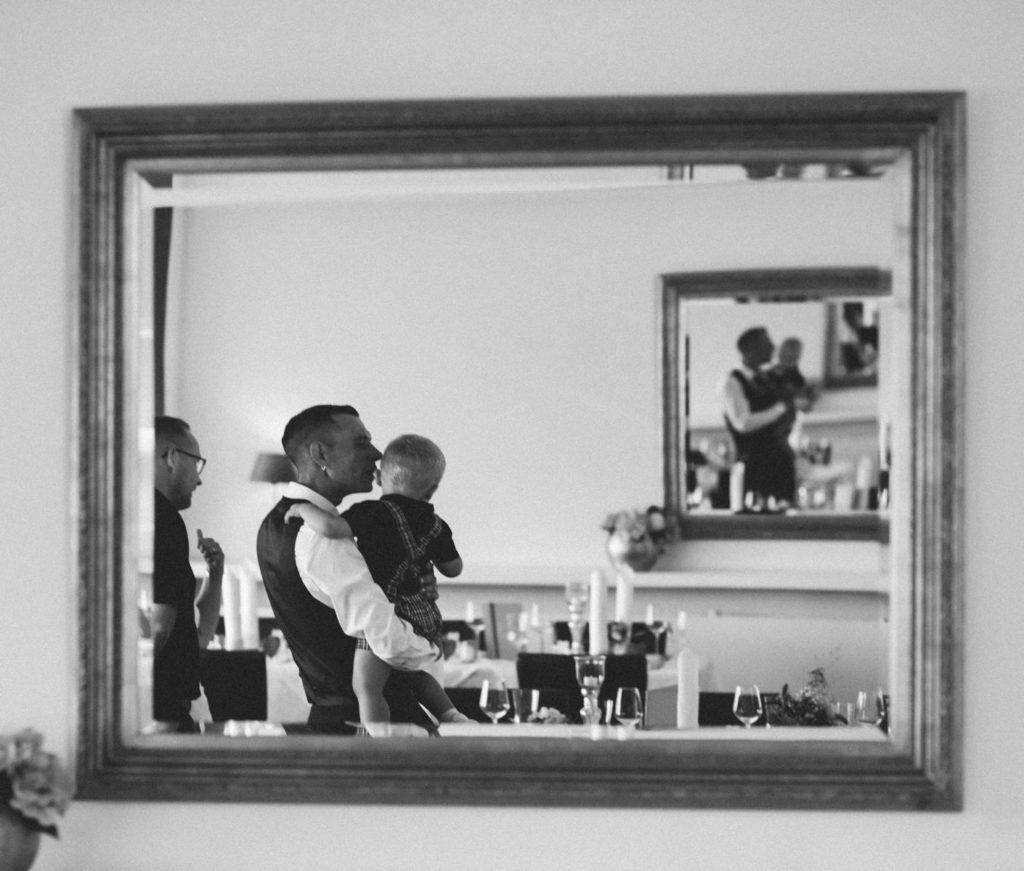 Spiegelbild im Hotel Seeterrassen: Bräutigam küsst seinen Sohn